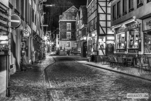 #0003 - Monschau Stadtstraße in der Nacht - The Nightly (Fagen)